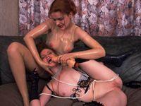 Bruut gaat ze haar slavin misbruiken met een dildo!