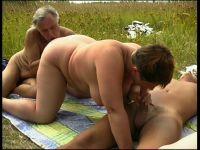 Op een kleed in het gras gaan ze er met zijn allen tegenaan!