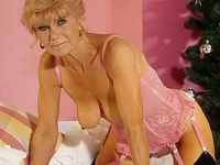 Slanke granny heeft een  nieuw lingerie setje aangedaan!