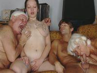 Oma verwent haar kleinzoon en opa zijn kleindochter!