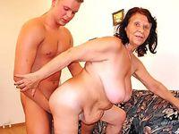 Rijpe dame laat haar kutje  neuken door een veel jongere vent!