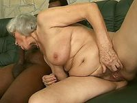 Voor het eerst in haar leven zuigt oma een dikke negerlul!