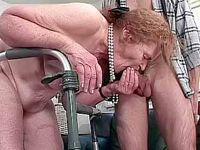 Ze zuigt een pik terwijl ze  aan de rollator vast houdt!