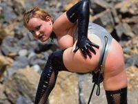 Deze meesteres gaat elke slaaf met de zweep pakken!