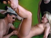 Geil sletje geniet van een  beurt van 3 mannen!